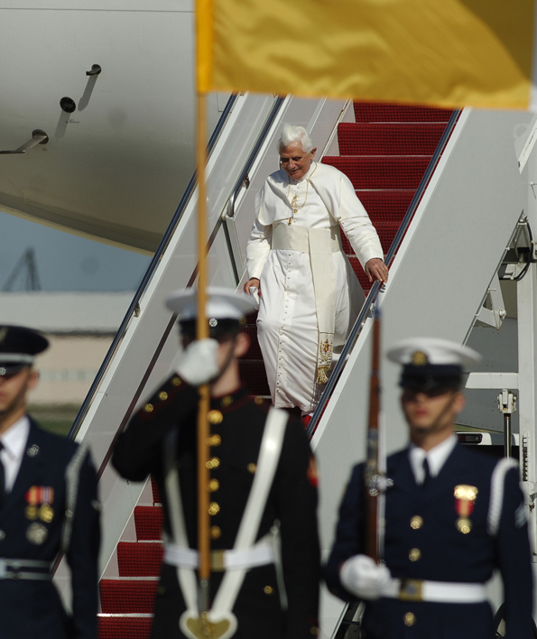 Benedict XVI arrives at Andrews Air Force Base April 2008
