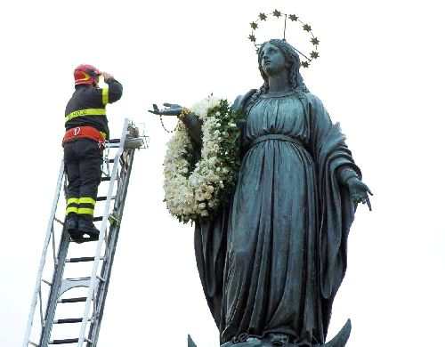 Firefighter salutes Our Lady of the Immaculate Conception on her feast day in the Piazza di Spagna, Rome, Italy