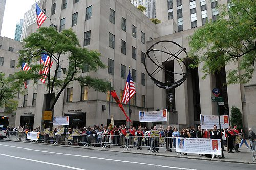 NYC-Rosary-Rally_group With Our Lady on Fifth Avenue