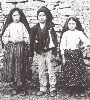 The three seers. From left to right: Lúcia, Francisco and Jacinta.