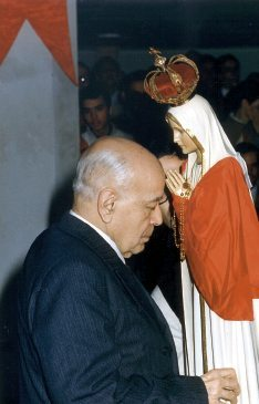 Professor Plinio Corrêa de Oliveira with the miraculous International Pilgrim Virgin statue of Our Lady of Fatima