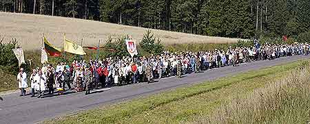 On Sunday, August 29, the caravan participated in a 5 mile pilgrimage from Tytevenai to Šiluva. His Excellency Eugenijus Bartulis and several thousand Lithuanians partcipated.