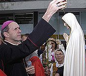 His Excellency Eugenijus Bartulis, bishop of Šiauliai, crowns Our Lady before the pilgrimage