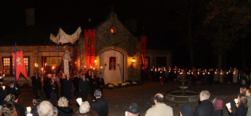 The traditional candlelight Rosary Procession wound its way through the grounds of the TFP's headquarters to the chapel