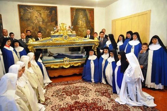 Students Transfer Incorrupt Body of Sister Mariana in Ecuador