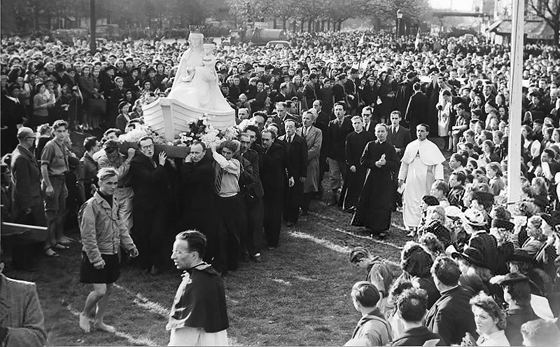 Our Lady of Boulogne is greeted in Paris, October 27, 1945